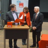 Ralf Stegner und Kathi Petersen ehren den ehemaligen Oberbürgermeister und Ehrenbürger der Stadt Schweinfurt mit der Willy-Brandt-Medaille